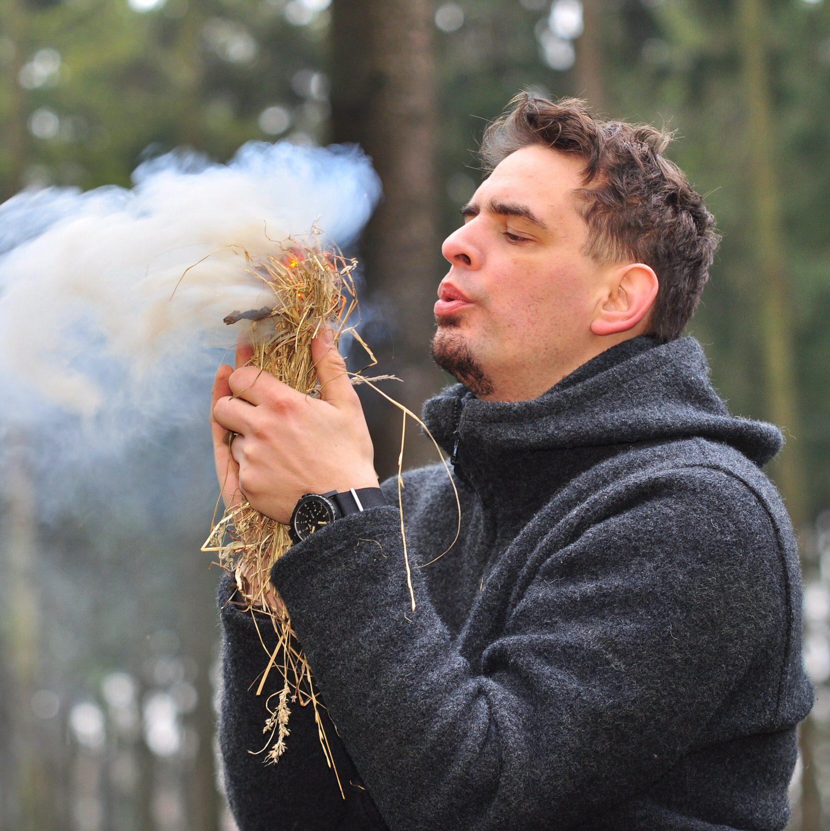 Mann im Wald startet Feuer